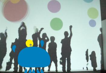美術館で子供に混じって体感する【魔法の美術館 光と影のイリュージョン】