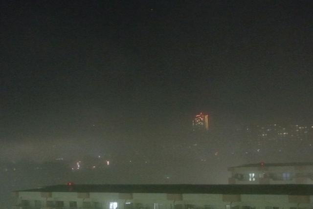 濃霧に包まれた夜の街に散歩へ出かける
